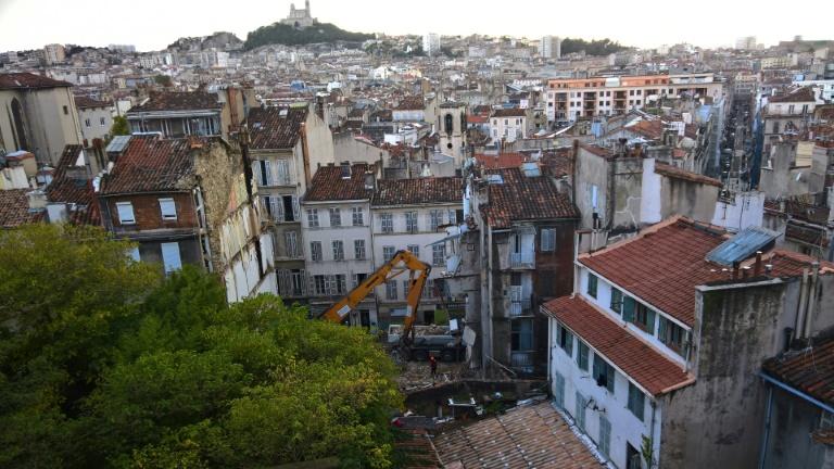 Les secouristes dégagent les décombres de deux immeubles effondrés à Marseille, le 6 novembre 2018