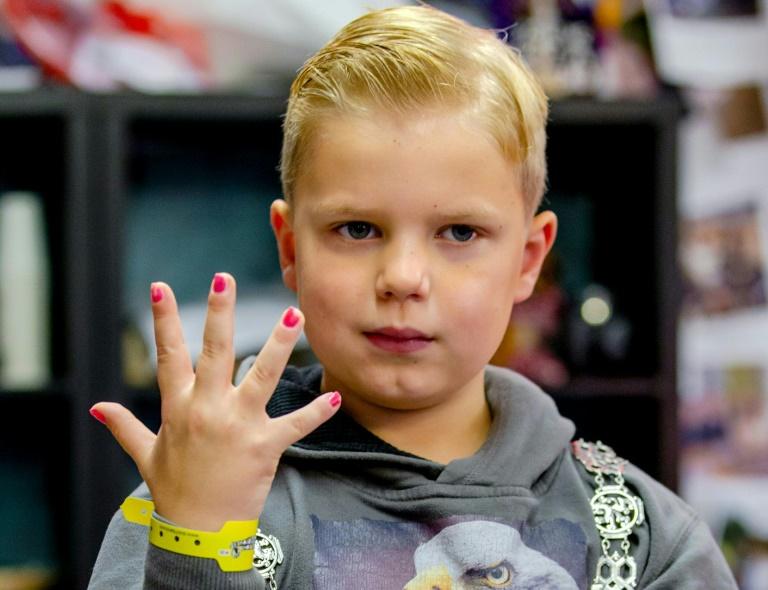 Internet nail-varnish dare nets sick Dutch 6-year-old a million ...