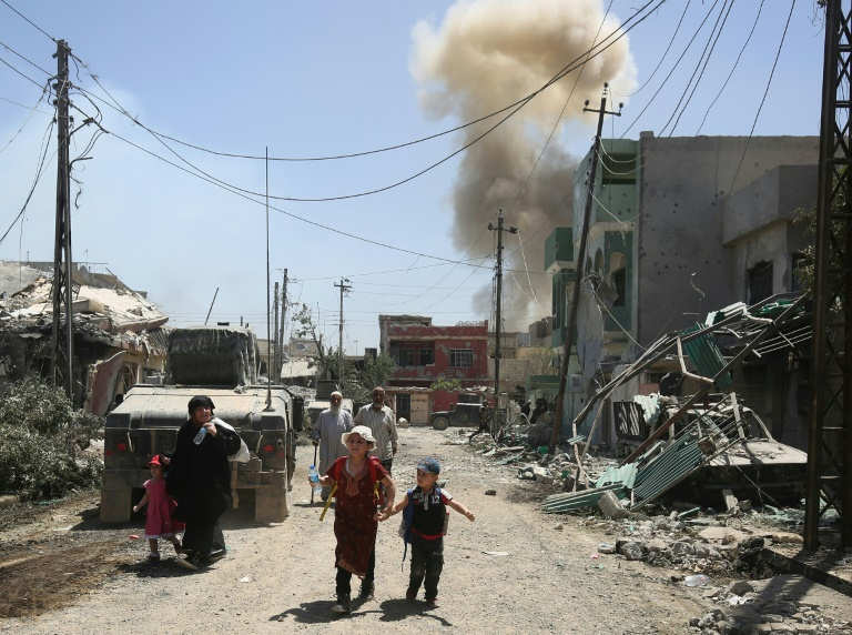 Displaced Iraqis from western Mosul flee their homes as security forces advance into the area during the ongoing offensive against Islamic State (IS) group fighters   © AFP   AHMAD AL-RUBAYE
