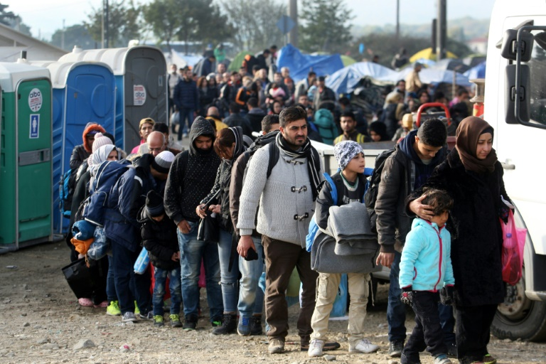 Migrants and refugees walk to cross the Greek-Macedonian border near Idomeni on November 24, 2015 | © AFP/File | SAKIS MITROLIDIS