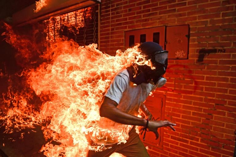 Judges said Ronaldo Schemidt's image of a demonstrator on fire in Venzuela provoked 'instantaneous emotion' | © AFP/File | RONALDO SCHEMIDT