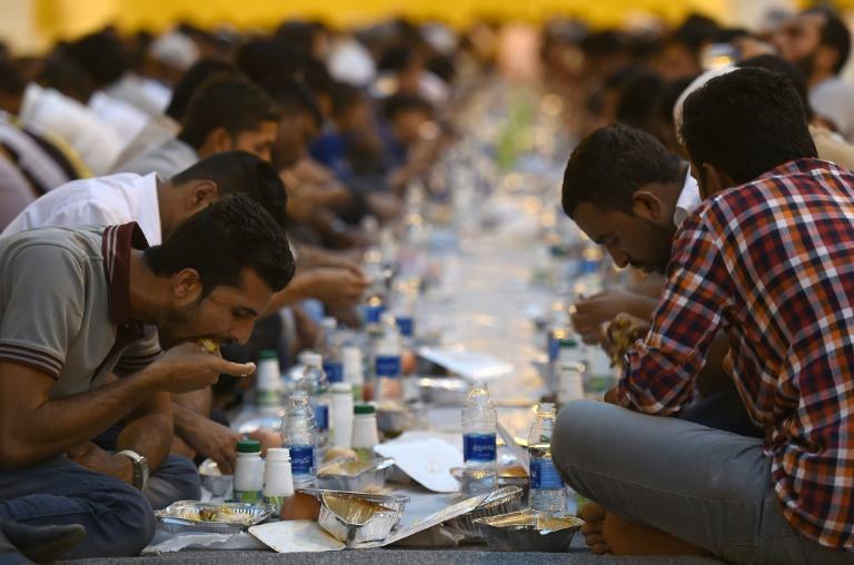 Muslims in Riyadh break fast during the Islamic holy month of Ramadan on May 30, 2017 | © AFP | FAYEZ NURELDINE
