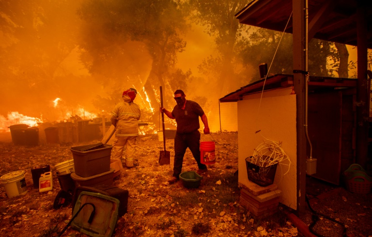 Lane Lawder tries to save his home near Clearlake Oaks, California, on August 4, 2018   © AFP/File   NOAH BERGER