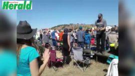 VIDEO: Lofprysing by Buchan byeenkoms