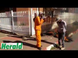VIDEO: Werkers betoog voor munisipale kantoor
