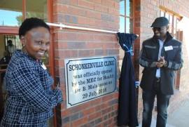 Ngwathe burgemeester Joey Mohela en die Vrystaatse LUR vir Gesondheid Dr. Benny Malakoane met die amptelike opening en onthulling van die gedenkplaat by die nuwe Schonkenville kliniek.