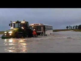 VIDEO: Kinders vasgevang in bus na swaar reën