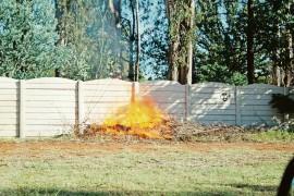 Die vuur wat onlangs langs die ou rekreasieklub se muur aangesteek is.