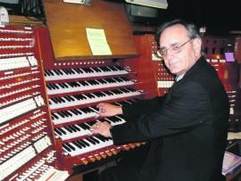 Die welbekende orrelis en musiekkenner, prof. Albert Troskie, wat hierdie naweek optree tydens die 40-jaar viering van die drie-manuaal Fehrle en Roeleveldt orrel in die NG Gemeente Vredefort.