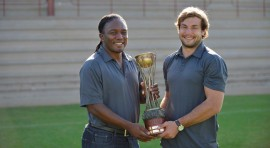 Pukke bo: Jonathan Mokuena en Jeandré Rudolph staan trots met die beker. Foto: Mario van de Wall.
