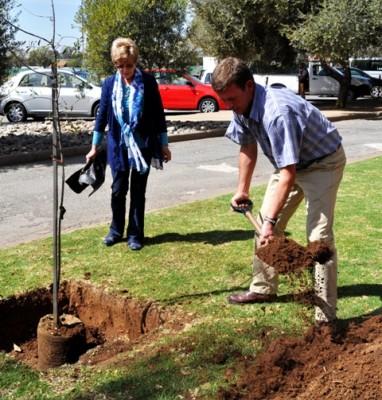 Suné Koch en haar seun Tiaan plant 'n boom ter herinnering aan mnr. Chris Koch.