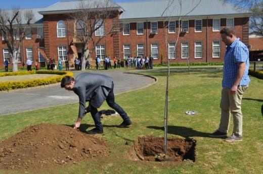 Danie en S.F. van der Westhuizen plant 'n boom ter herinnering aan hulle ma, Helena.
