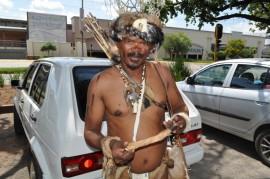 Piet Berendse, die kultuurleier, wys die been van 'n steenbok wat hulle di evorige aand gejag en eet het. Foto: Wouter Pienaar