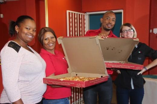 Lihana Moos en Beaudine Nasr van die Herald ontvang die twee pizza's van Panarotti's.