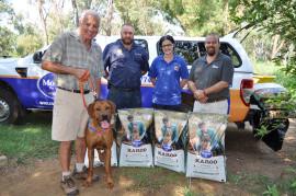 Gerald van der Merwe, eienaar van Berts Bricks, met sy hond Caesar, Andries Venter (bestuurder van PAWS), Natacia Maree (Berts Bricks) en Brian Kearney van Montego.