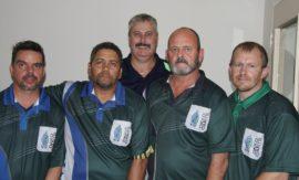 Links: Dr. Kenneth Kaunda distrikspan: Clive Ackerman, Collin Coakley, Riaan Nel (spanbestuurder), Gawie Pretorius (kaptein) en Willem Bekker.