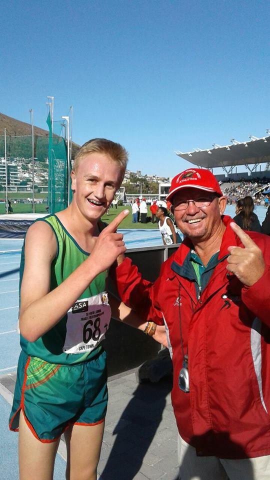 Die vreugde is groot op Robert de Villiers (links) en sy afrigter (Nollie Meintjies) se gesigte nadat De Villiers 'n nuwe SA rekord in die o.18 2000m hindernis-item behaal het. De Villiers het eerste plek in 'n tyd van 5:48.06 behaal het.