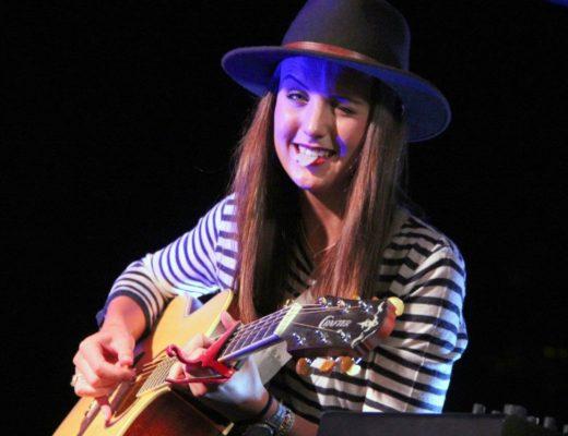Courage, dear heart se kitaarspeler, Ansumi de Bruin vermaak die gehoor.