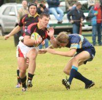Duardt Snyman van Volkies in aksie teen KHS in die eerste rondte van vanjaar se Noordwes Rugbyliga.