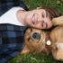 Links: Ethan as 'n tiener (KJ Apa) saam met sy hond Riley. Foto: Vulture.com