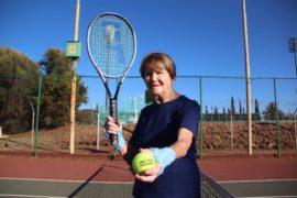 Park Tennisklub se Johanna Buys (86) speel nog elke Dinsdagoggend by dié klub se tennisbane saam met 'n groepie vrouens tennis, en al is sy die oudste op die baan, klop niemand haar maklik nie.