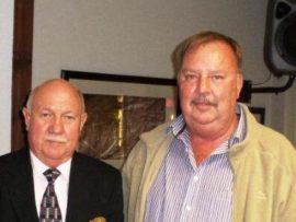 Pieter de Klerk, voorsitter van tennis, het erkenning ontvang vir 41 jaar lidmaatskap. Hier is hy saam met die Buiteklub voorsitter, Kaiser Cornelius.