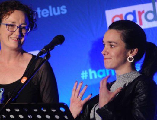 Feesbestuurder Alexa Strachan (links) oorhandig die prys vir die beste visuele kunsuitstalling aan Elbie Erasmus, een van die kurators van Snake Eyes 2.0. FOTO: Marianke Saayman