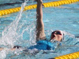 Nadia Blaauw van NWU Senior Swemklub is 'n formidabele swemmer in die 200 meter rugslag.