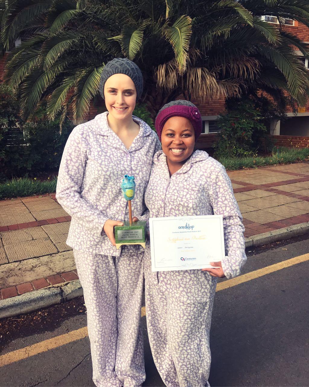 Elbé van der Merwe en Veronica Ramokgoname met hul toekennings. FOTO: Verskaf