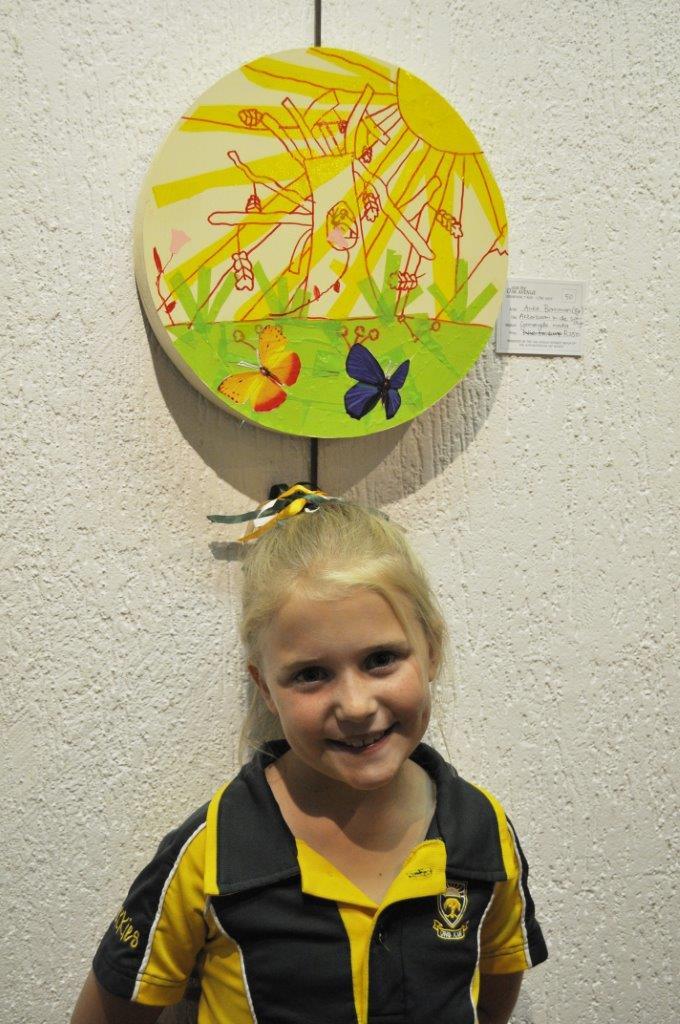 Anke Bornman (8), jongste uitstaller, by haar kunswerk.   FOTO: Marianke Saayman