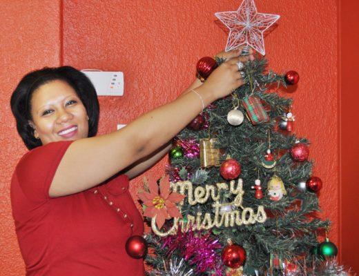 Ons ontvangsdame, Beaudine Nasr, besig om die Kersboom in die kantoor se voorportaal te versier.