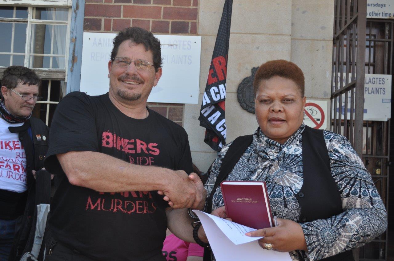 TJ Mare oorhandig 'n brief van waardering en 'n Bybel aan kapt. Maleshwane Mathopeng van Potchefstroom SAPD. Foto's: Marianke Saayman