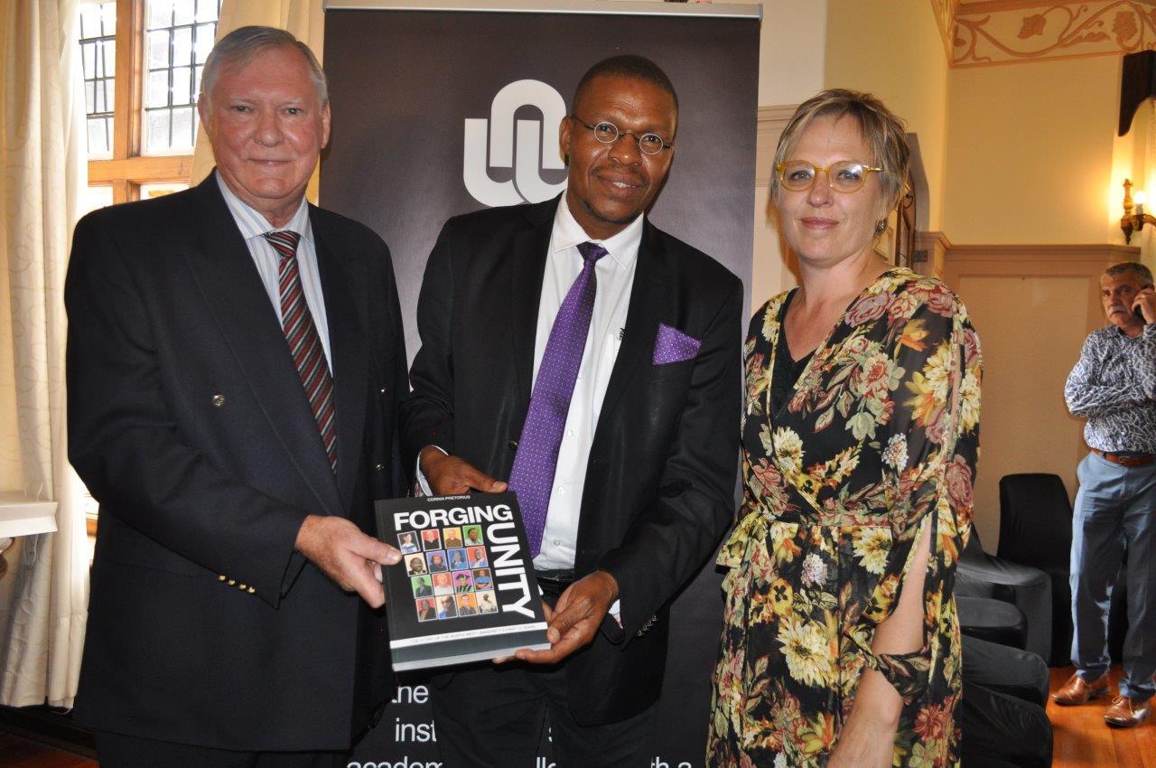 Proff. Piet Prinsloo en Dan Kgwadi en Cornia Pretorius by die boekbekendstelling. Foto: Marianke Saayman
