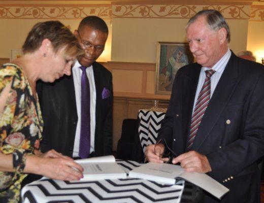Cornia Pretorius en Prof. Piet Prinsloo teken prof. Dan Kgwadi se boek. Foto: Marianke Saayman