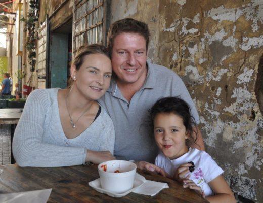 Mariska, Jannie en klein Arabella Willemse geniet 'n soetigheidjie.