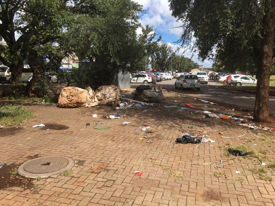 Dit is hoe dit op die Bult lyk na sakke oopgemaak is om herwinbare goedere uit te haal. Foto: Riaan Labuschagne/ Potchefstroom Facebook blad