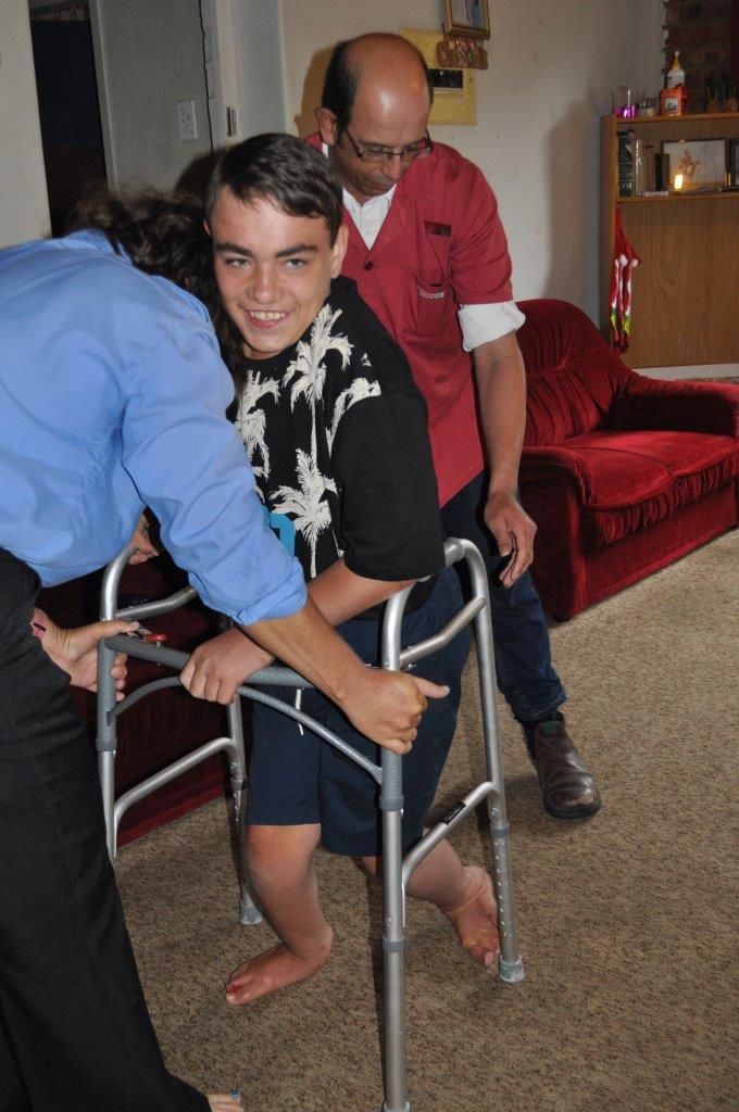 Shaun se ouers help hom om met sy loopraam te loop. Foto's: Marianke Saayman