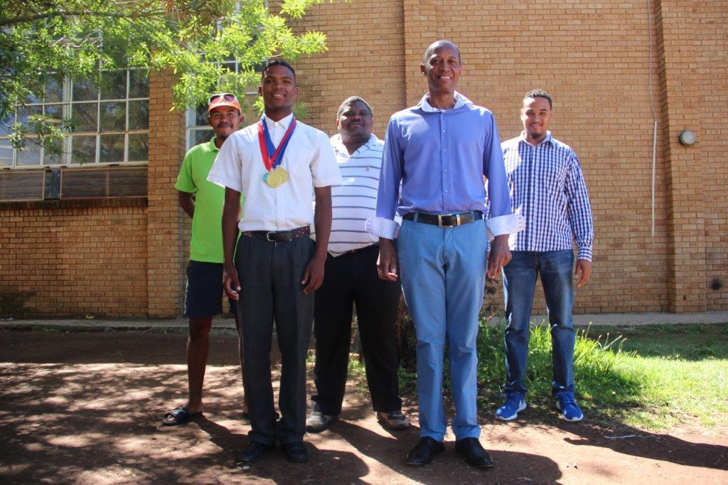 Damian Visagie is gereed om sy provinsie by die SA Hoërskole Atletiekkampioenskappe as die provinsie se beste atleet in die 200- en 400 meter te verteenwoordig. Saam met hom staan die mans wat 'n groot aandeel in sy ontwikkeling gehad het. Van links is Doe-Lano Koraan (afrigter), Gerome Schoeman (sportbestuurder, Promosa Sekondêr), Wynton Louw (onderhoof, Promosa Sekondêr) en Given Scorgie (sportkoördineerder, Promosa Sekondêr). Foto's: Wouter Pienaar