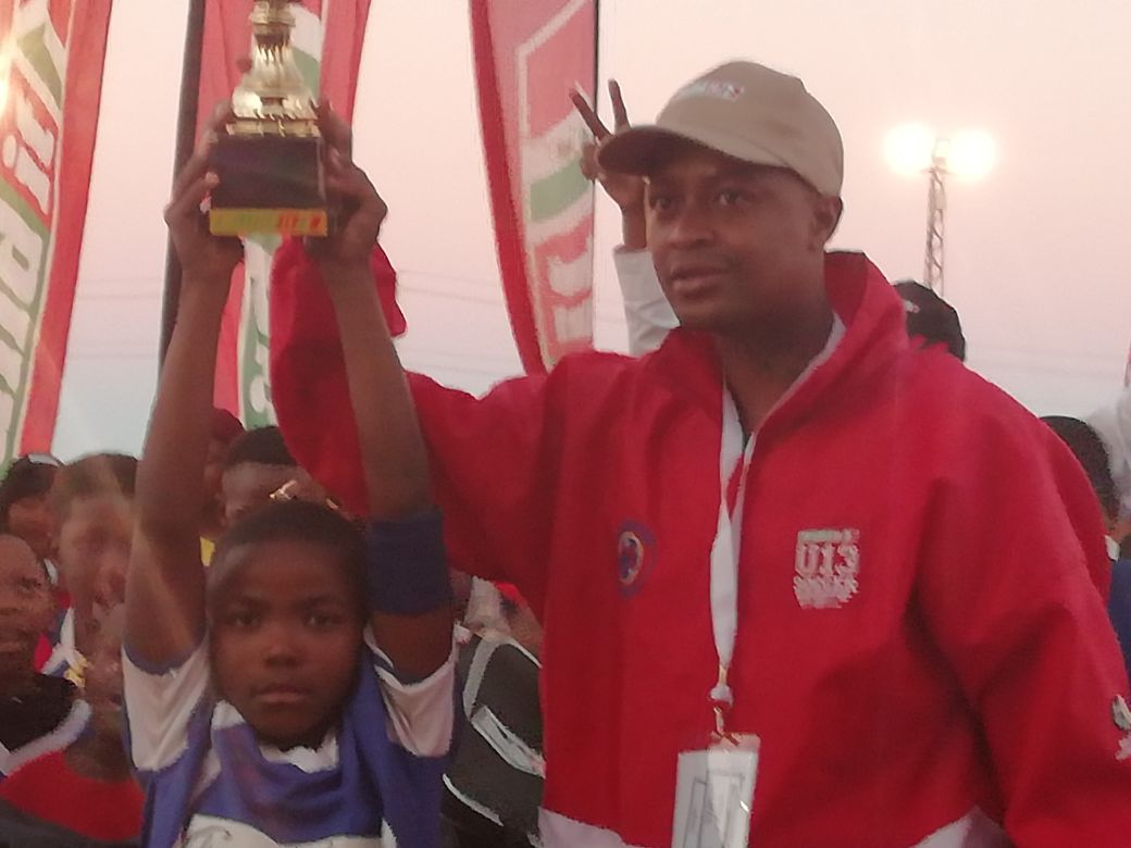 Lucky Khune awards the winning trophy to Academy FC
