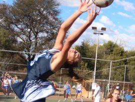 Gimmies se eerstespan netbalspeler, Dané Holtzhausen, kry die bal by haar vingerpunte beet