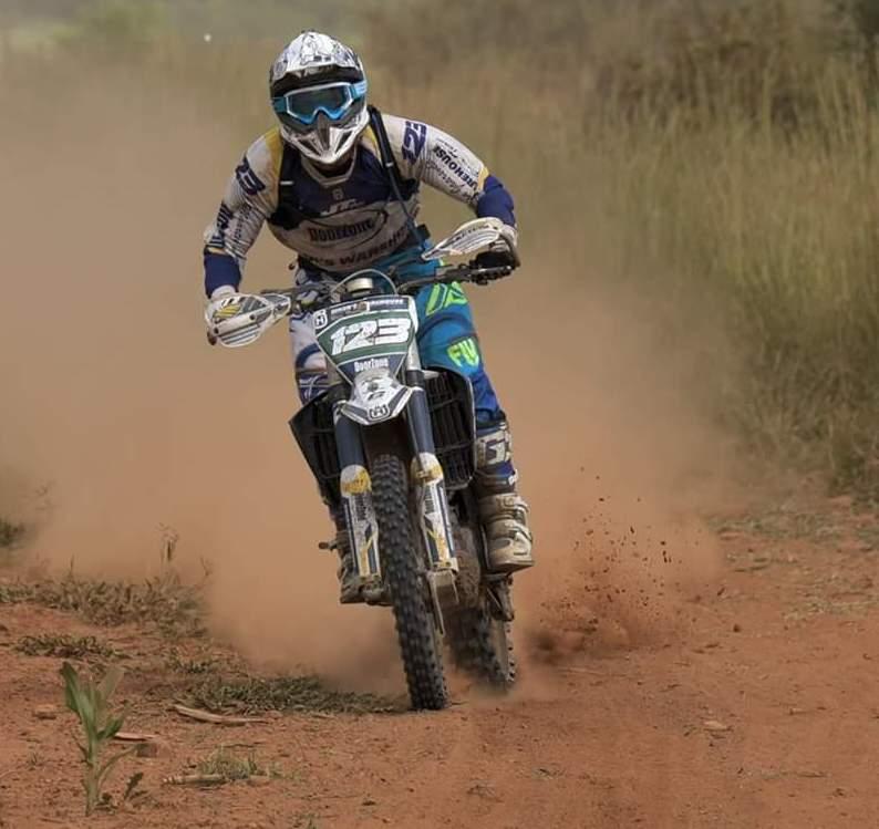 Maarten van Jaarsveld, 'n graad 11-leerder aan Potchefstroom Gimnasium doen die praatwerk op sy Husqvarna veldmotorfiets waar hy tans in hierdie sport in verskeie wedrenne uitblink.