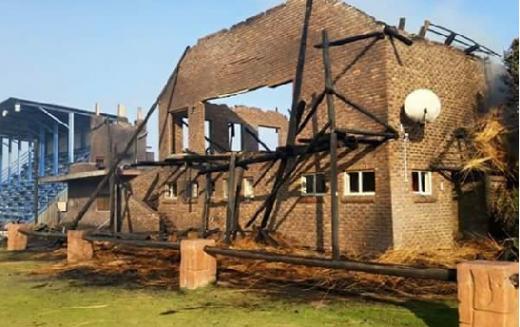 Dit is hoe die klubhuis lyk na die brand geblus is.