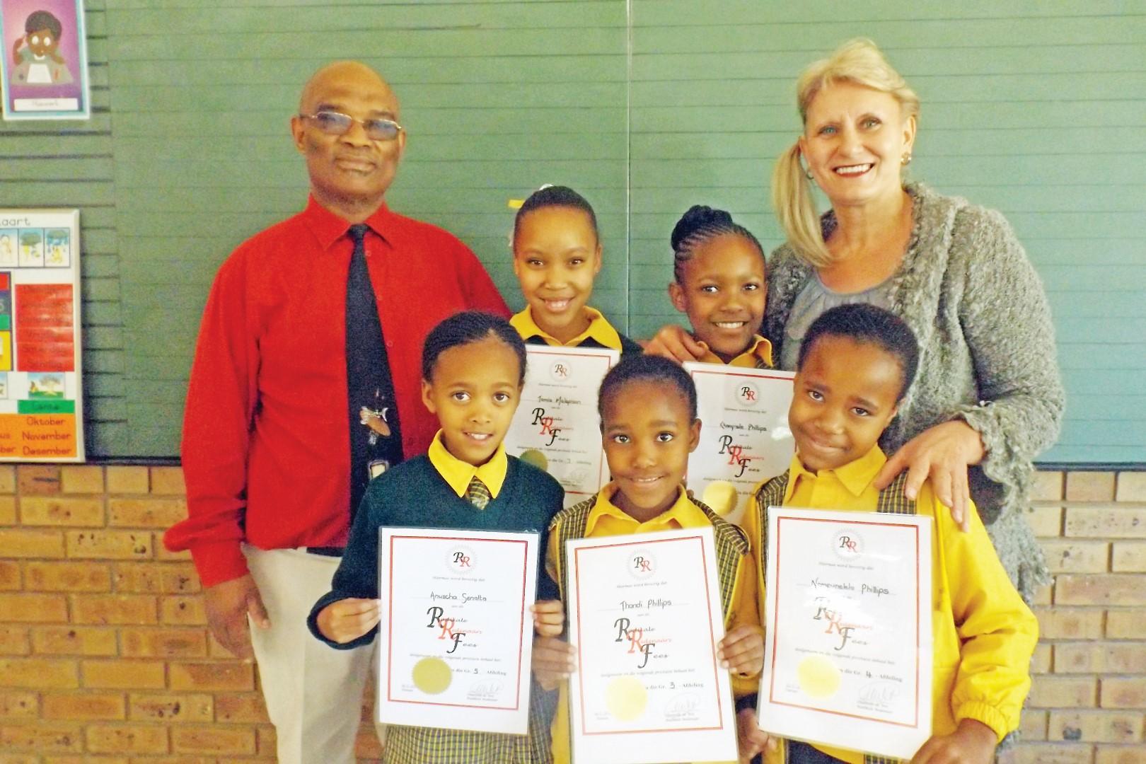 Van links Anuscha Senalta, Thandi Phillips en Nompumelelo Phillips. Agter is Tamia Malapisan en Khanyisile Phillips saam met hul skoolhoof mnr. A. Norkee en hul afrigter me. Hannie Pretorius.