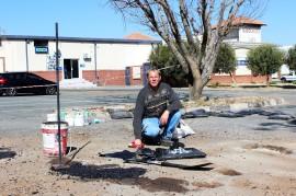 Willem Herbst is hier besig om kliphard aan die slaggate in 'sy' parkeerterrein te werk. Foto: Schalk le Roux