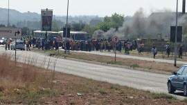 'n Skare drom saam en buitebande brand voor die NWU Vaalkampus se hoofhek. Foto: Jannie du Plessis