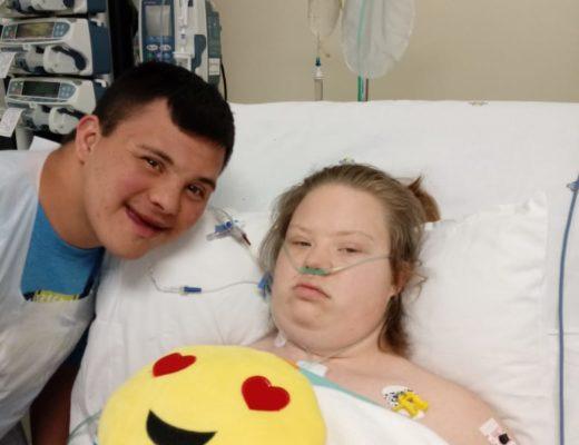 Links: Milanka se kêrel, Simeon Steyn van Meyerton, kuier by haar in die hospitaal. Foto: Verskaf