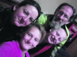 Elsabé en Theo Salzmann, hier saam met hul kinders Thelma en TJ.
