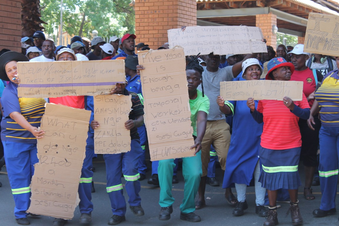 Lesedi municipal workers picket outside municipality to have their demands met by executive mayor