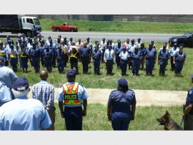 The police officers and other role players who were posted for duty on the R59. They are being addressed by Brigadier Phumla Mdlankomo.