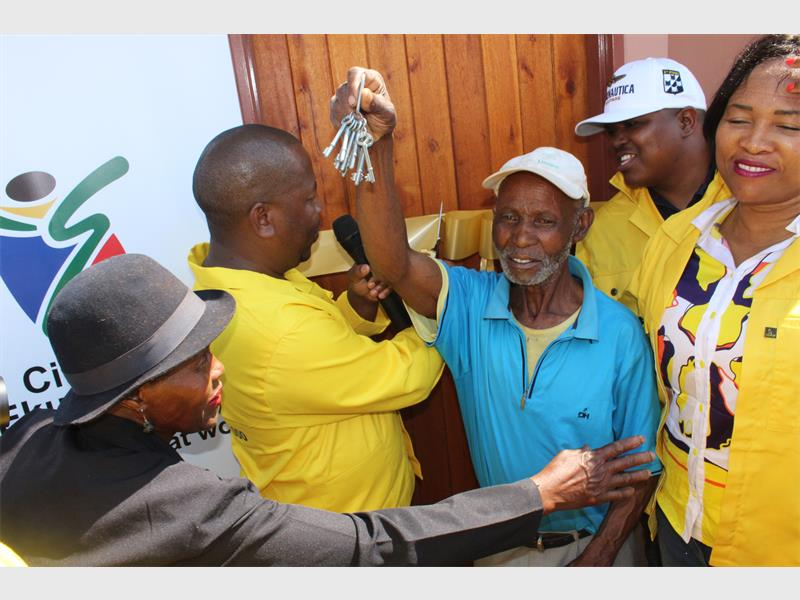 The beneficiary of A new RDP house by the name of Siphiwe Memela (82) receiving the keys to his new house from the Executive Mayor Mzwandile Masina during the handover of RDP houses in Villa Liza on Friday, November 4.